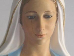 St-Antoine-de-padoue-de-moossou-La-statue-de-la-Vierge-Marie-verse-des-larmes-de-sang