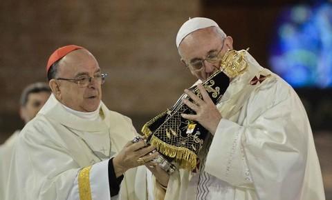 Culte de la vierge Noire en christianisme Le-pape-francois-embrasse-la-vierge-noire-d-aparecida-le-24-juillet-avant-le-debut-de-la-grand-messe_univers-grande
