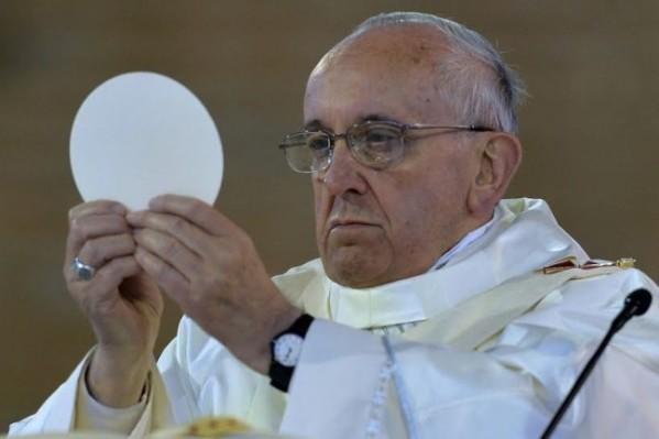 Pape françois eucharistie2