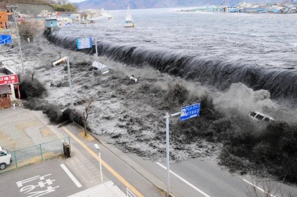 """Avertissement - L'Avertissement """"Vous êtes sur le point de vivre ce que..."""" - Page 2 Tsunami_japon_032011"""