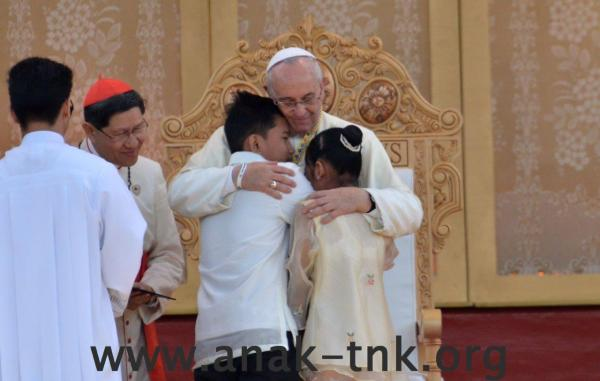 Pope-Francis-and-TNK-kids-encounter-reduit