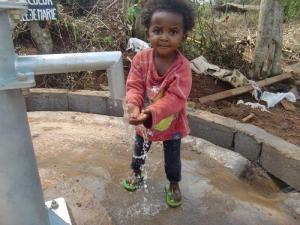 enfant qui prend de l'eau