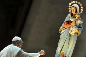 pape-Francois-a-clos-le-mois-de-Marie-avec-une-priere-du-rosaire-place-Saint-Pierre_article_main