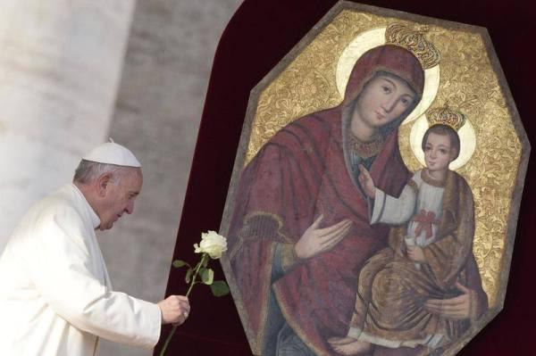pape donne une rose à Marie porte de la miséricorde
