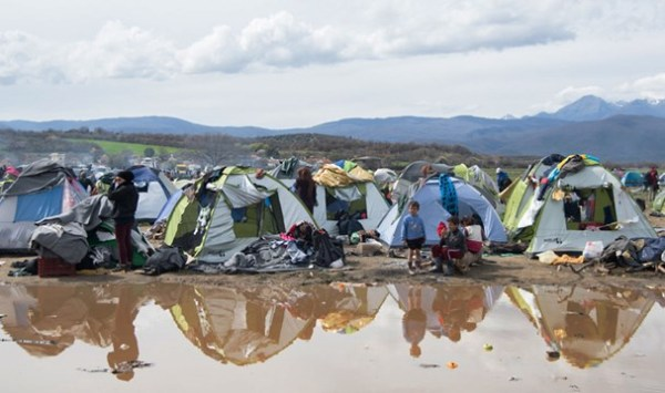 réfugié greece_refugees_stranded_at_the_mercy_of_european_leaders