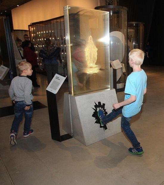 vierge-marie-visiteur-donne-coup-de-pied-a-marie-musee-estonian