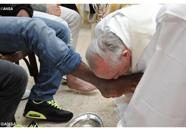 pape-francois-embrasse-pied-prisonnier