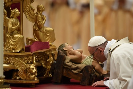 pape-francois-embrasse-figurine-petit-jesusde-messe-noel-celebree-basilique-saint-pierre-samedi-24-decembre_0_730_486
