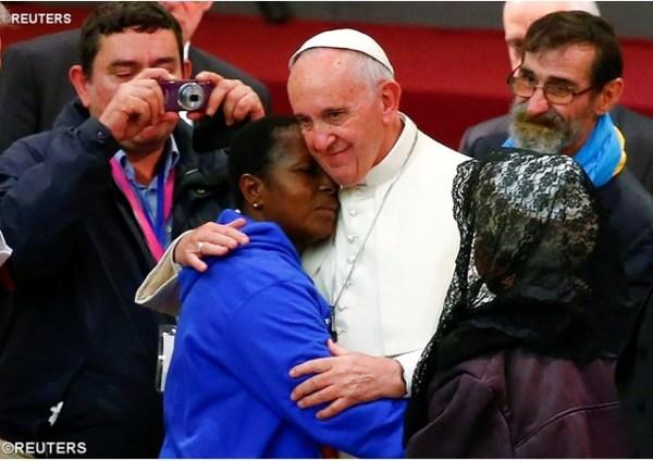 pape-francois-et-pauvres