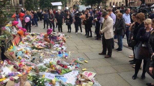 manchester-fleur-hommage-victimes
