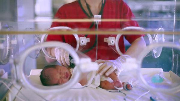 incubateur-s'occuper-battement-du-coeur enfant-premature-