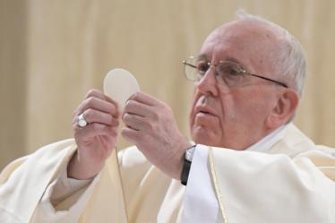 Retraite du Père James Manjackal en Martinique - Magnifique ! Pape-francois-sainte-marthe-27-avr-2017-c2a9-losservatore-romano