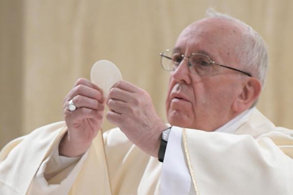 Du recueillement à l'L'Eucharistie Pape-francois-sainte-marthe-27-avr-2017-c2a9-losservatore-romano