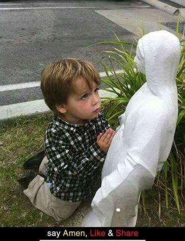 ENFANT QUI PRIE DEVANT MAMAN MARIE