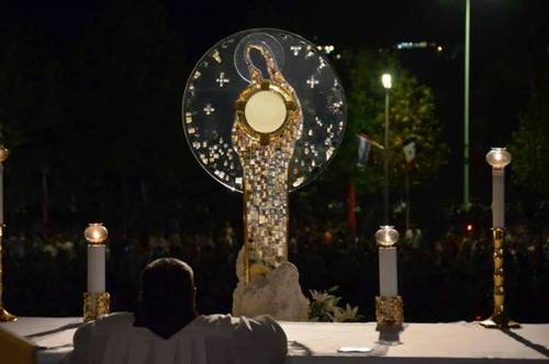 adoration medjugorje dehors monstrance-mary