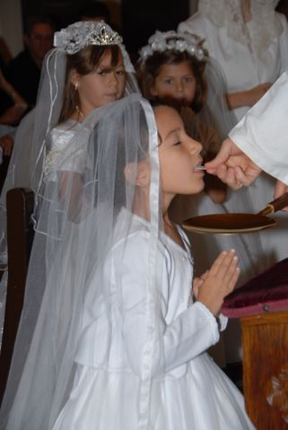 COMMUNION SUR LA LANGUE Phoenix-SSPX-First-Holy-Communion