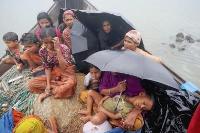 EXILÉS Une-embarcation-Rohingyas-tente-traverser-fleuve-Naf-frontiere-entre-Birmanie-Bangladesh_0_730_485