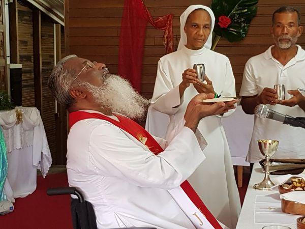 Retraite du Père James Manjackal en Martinique - Magnifique ! James-eucharistie3