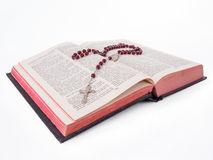 chapelet rosaire-au-dessus-d-une-vieille-sainte-bible-écrite-dans-le-portugais-81846316