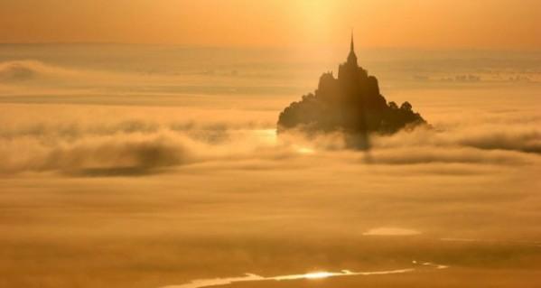 SILENCE DE DIEU mont-saint-michel-dans-la-brume-orangee-620x330