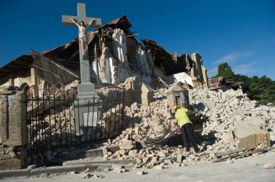 tremblement-terre-14-janvier-2010 Haiti port prince croix jésus encore debout