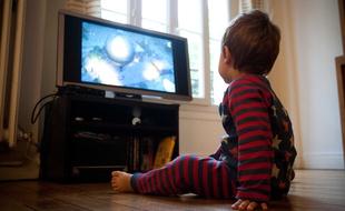 TÉLÉVISION 310x190_enfant-regarde-television