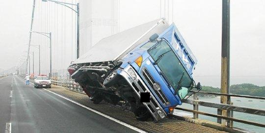 vent une-rafale-de-vent-du-cyclone-jebi-a-renverse-un-camion-au_4150624_540x271p