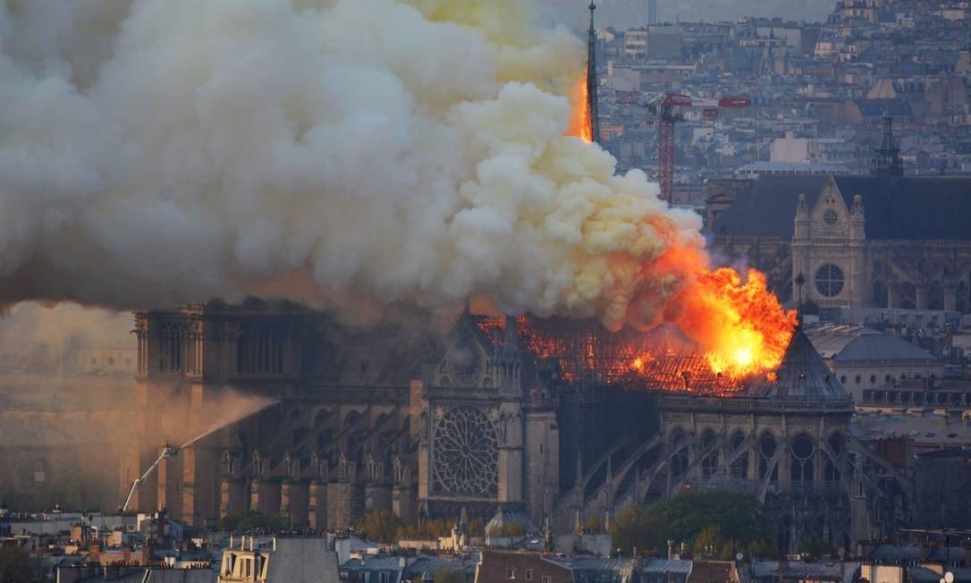 L'incendie de la cathédrale Notre-Dame de Paris : un avertissement (prophétique), selon Edson Glauber 79ba0-x82229686_smoke-and-flames-rise-during-a-fire-at-the-landmark-notre-dame-cathedral-in-central-paris-o.jpg.pagespeed.ic_.ct4awexkdc